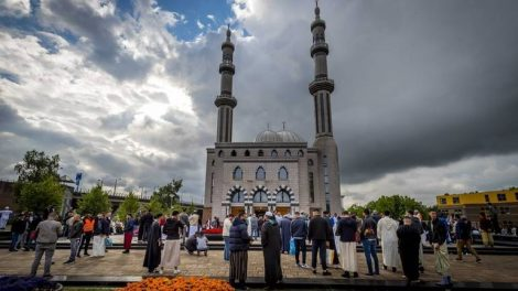 epaselect epa06049202 Worshippers gather at the Essalam Mosque in Rotterdam, The Netherlands, 25 June 2017. Muslims around the world celebrate the Eid al-Fitr festival, which marks the end of the Muslim fasting month of Ramadan, starting 25 or 26 June, and is celebrated with prayers, readings from the Koran, and gatherings with family and friends.  EPA/LEX VAN LIESHOUT